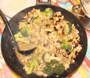 Mariniertes Hähnchenbrustfilet mit Brokkoli im Wok