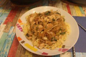 Mariniertes Hähnchenfleisch mit Zwiebeln im Wok– nach asiatischer Art