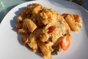 Auflauf mit mariniertem Hähnchenfleisch, Schupfnudeln, Zucchini und Möhren