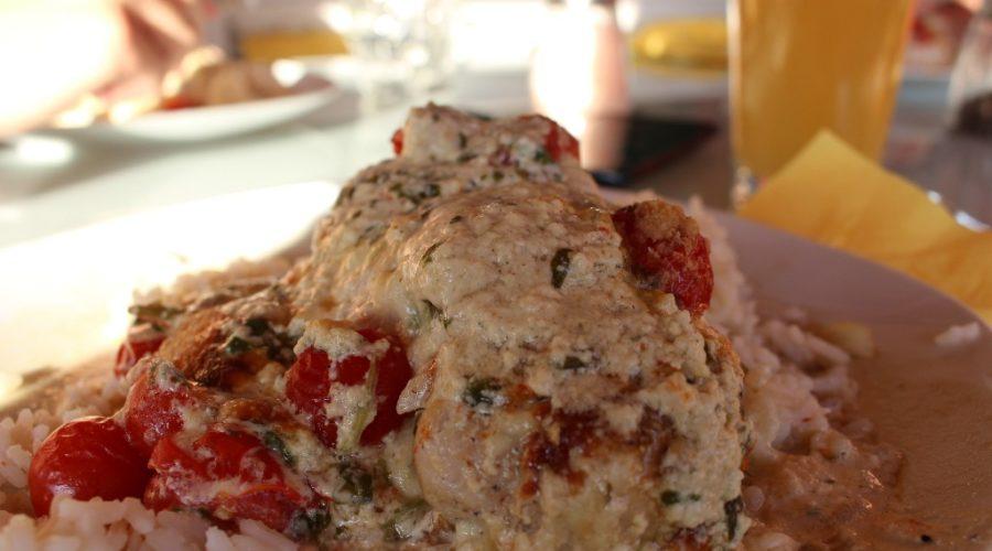 Mozzarella-Hähnchenbrust mit Reis und Basilikum-Käse-Soße